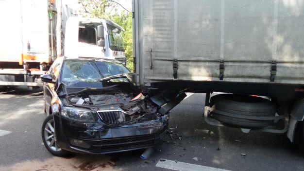 Skoda uderzyła w ciężarówkę. Rozbite auta zablokowały trasę na Lublin